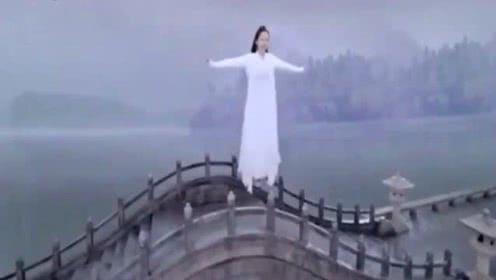传说》白夭夭伤心到跳湖,没想到许宣出现了!