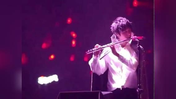 华晨宇吹笛子演奏《天空之城》,旋律响起那一刻全场沸腾,超好听