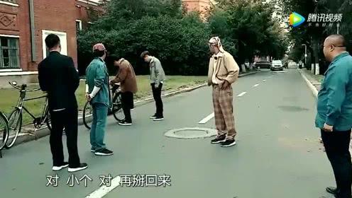 张艺兴不会停车惹笑众人,黄磊出手缓解尴尬,师父太暖心了