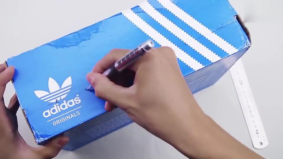 生活小窍门 用鞋盒手工制作简易桌上足球机陪孩子一起玩起来-小.
