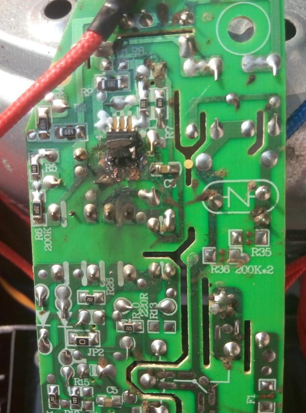 请帮我看看这个电路板坏掉的电子原件是什么