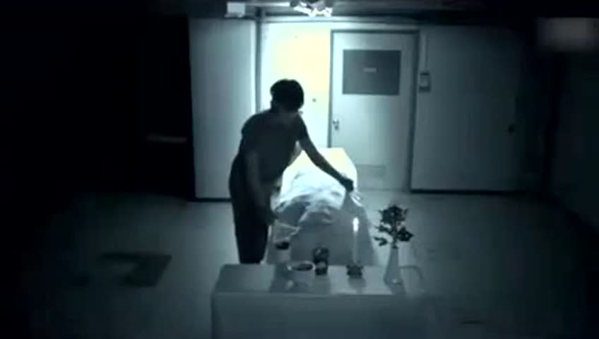 殡仪馆出现鬼拖人灵异事件,监控真实的拍到了如此惊悚的一幕!