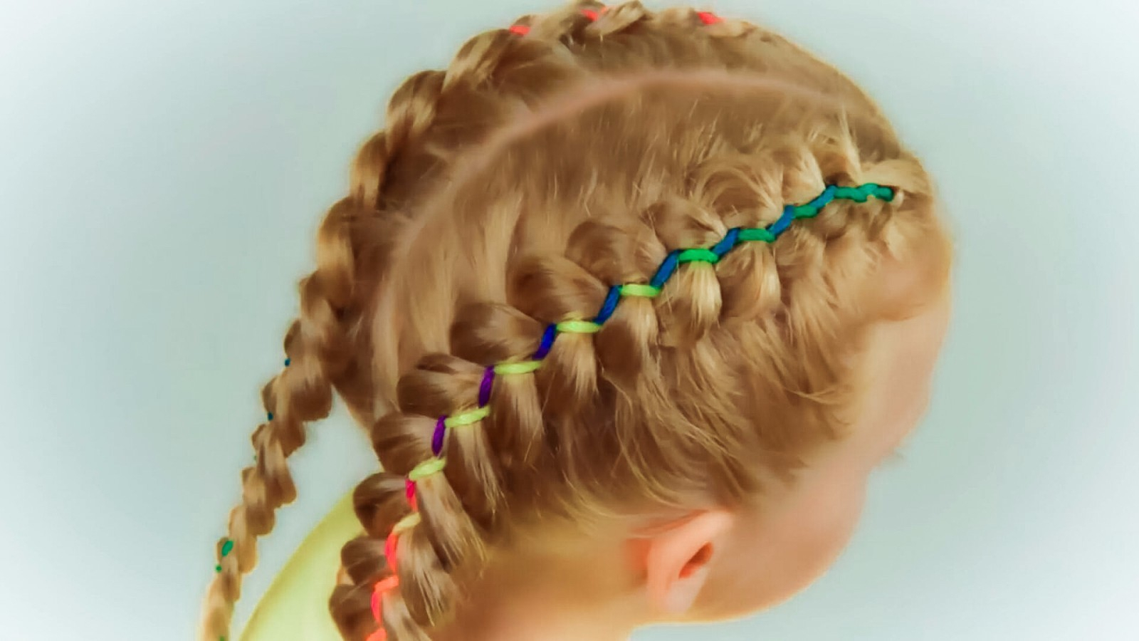 最新彩带编发发型教程 女童辫子发型扎法
