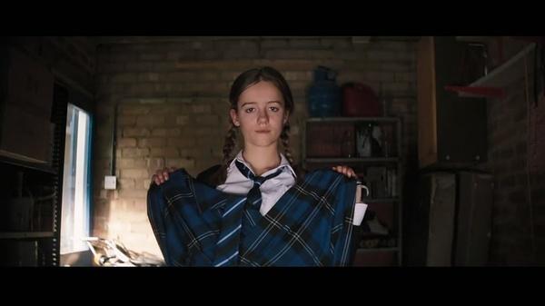 求一步女孩。一个英国裙子掀开电影褪下女生给v女孩内裤百度云图片