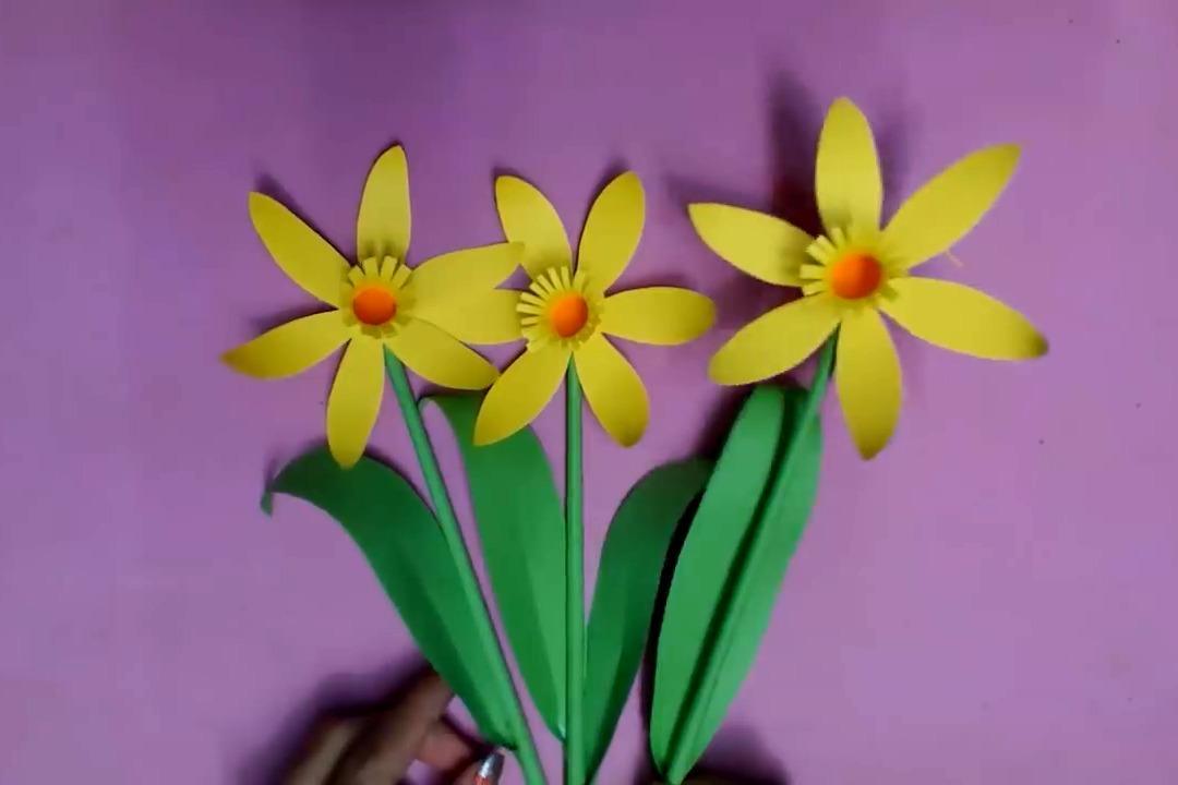 幼儿手工简单折纸diy,用黄色和绿色纸剪折成一枝黄水仙花