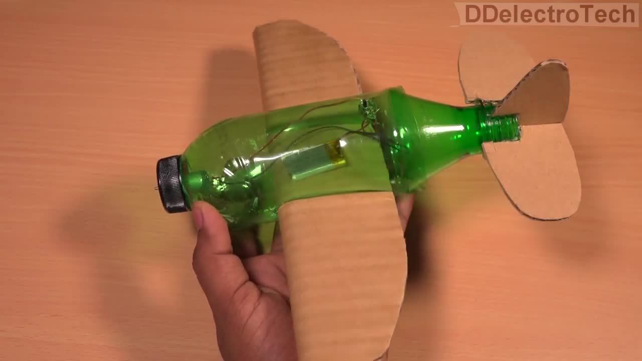 如何使用塑料瓶和硬纸板做飞机