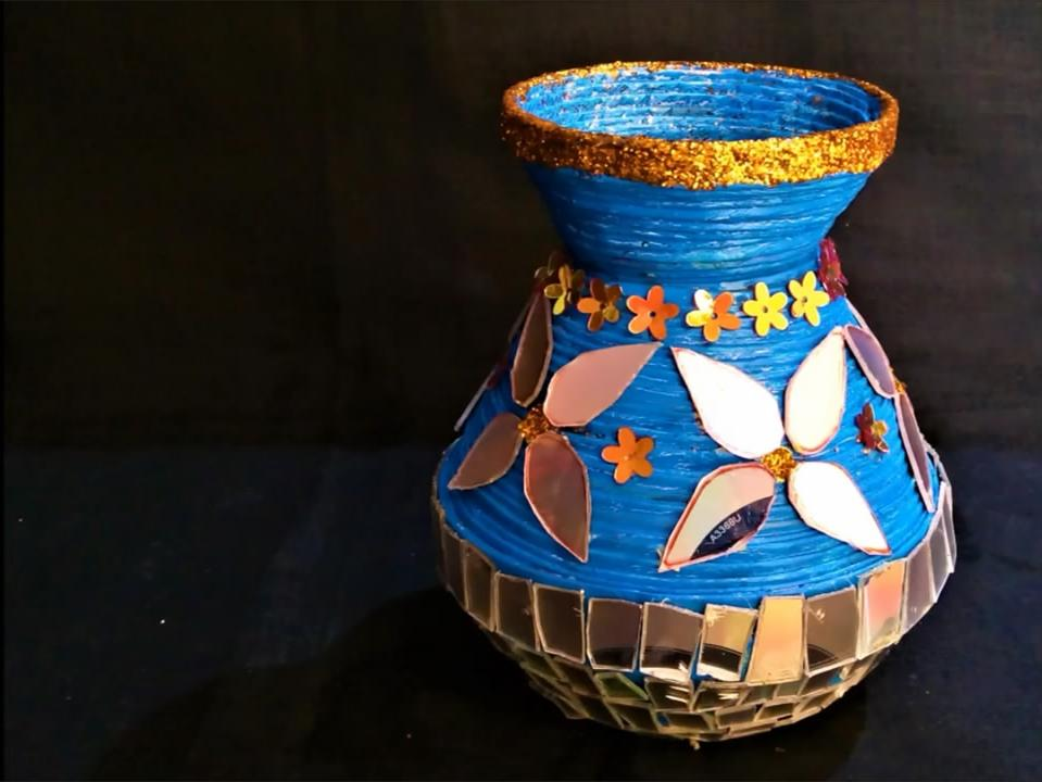 diy手工制作:用报纸和光碟制作的花瓶方法简单,是不是很有创意