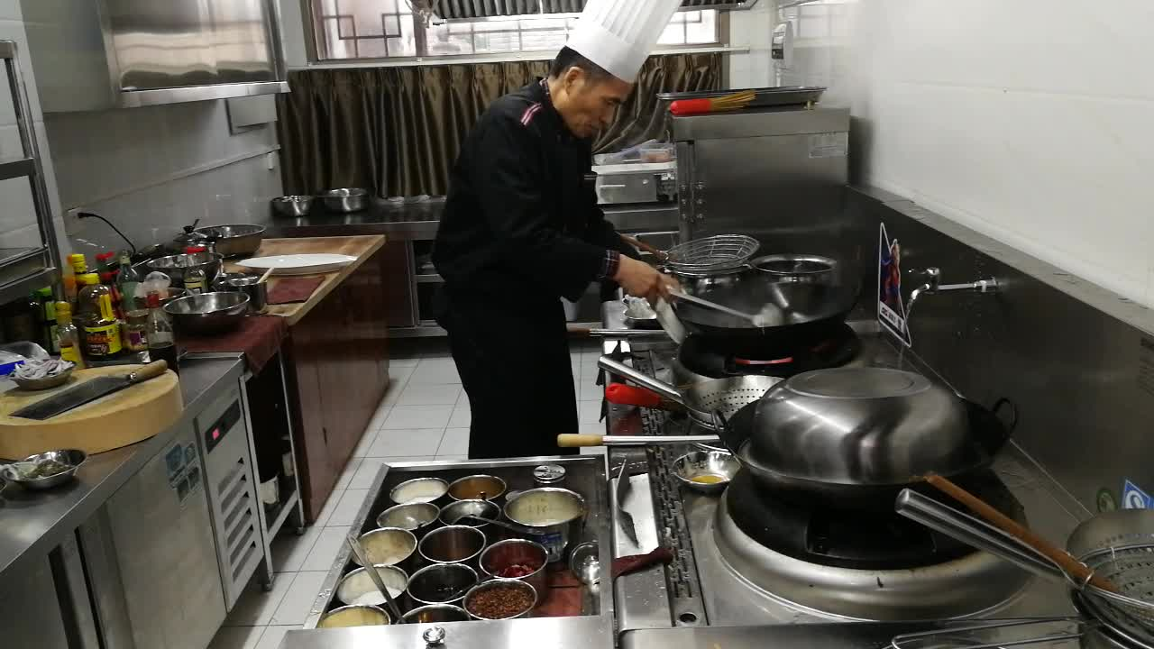 大厨师示范炒耳丝,炒菜的火候是很难看着就学会的,必须多多实践图片