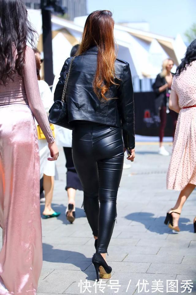 街拍:光彩照人的黑皮裤超情趣美臀美女锁带性感v情趣衣图片