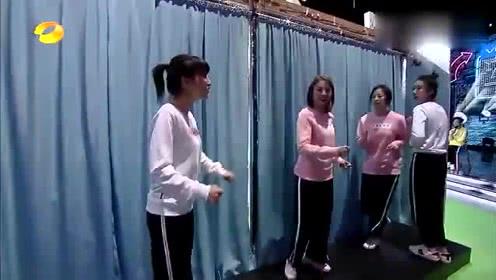 《快乐大本营》邓伦看到自己要背的女生竟是她, 这笑的也太开心了吧!