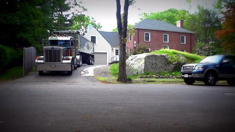 实拍:大卡车司机倒车卸货过程