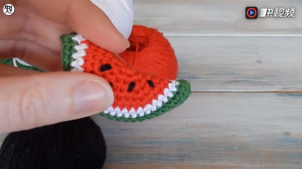 钩针微型西瓜,用毛线编织微小西瓜饰品