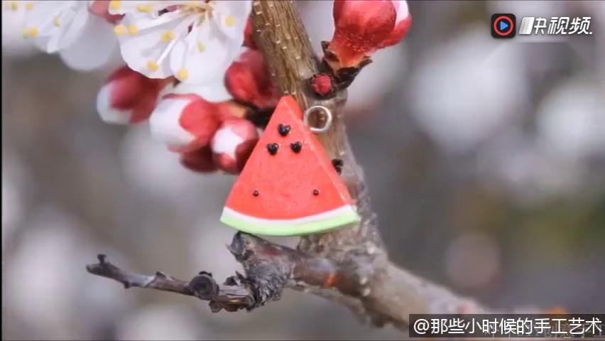 diy创意手工粘土软陶制作可爱的西瓜小饰品,非常可爱实用.