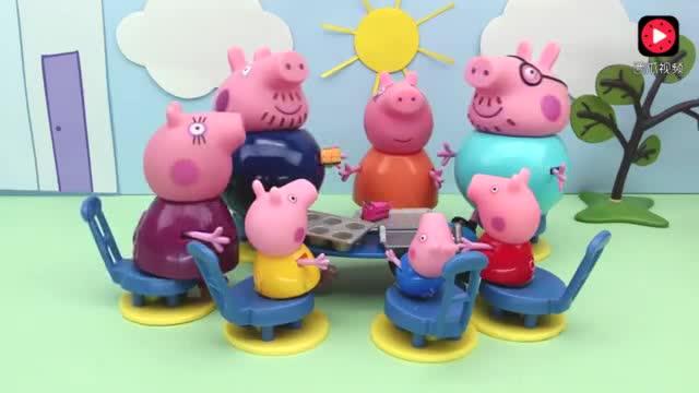 橡皮泥趣动画:小猪佩奇去小朋友家做客,看电视踢足球