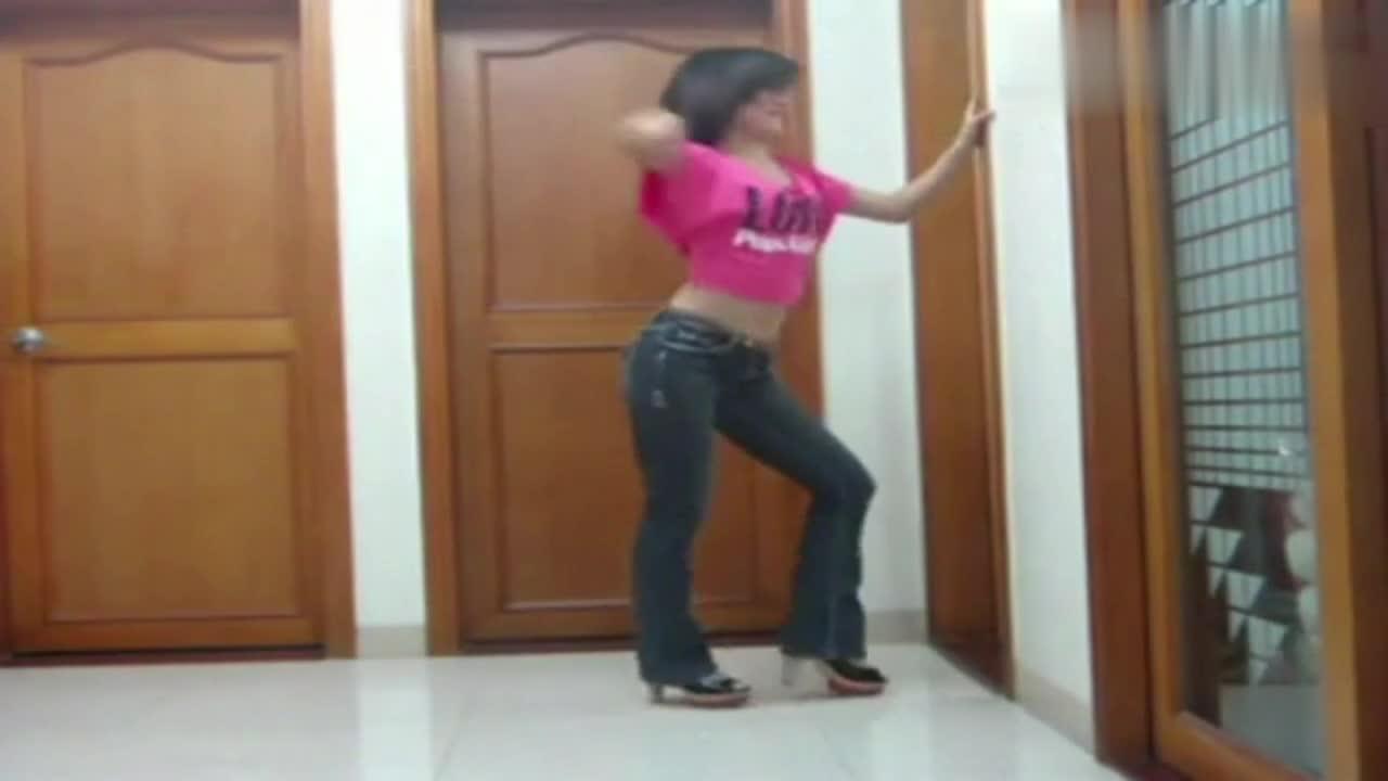 热舞视频_紧身裤性感美女热舞视频