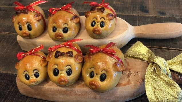 小猪冰皮月饼的家常做法,手工制作猪仔月饼