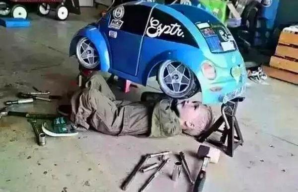求原图中那个外国小男孩修车的下图,谁有,给我牙视频抠图片