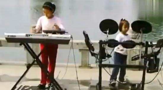 两个小女孩电子琴架子鼓合奏《西游记》片头曲片尾曲图片