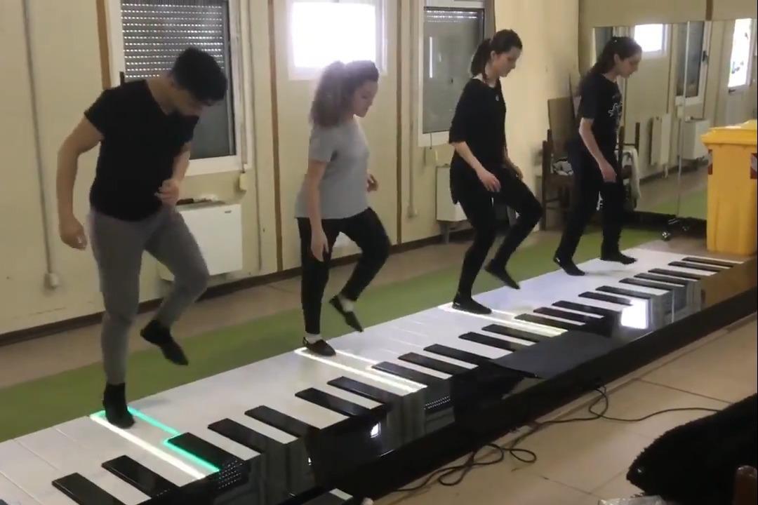 视频:巨型钢琴演奏《despacito》