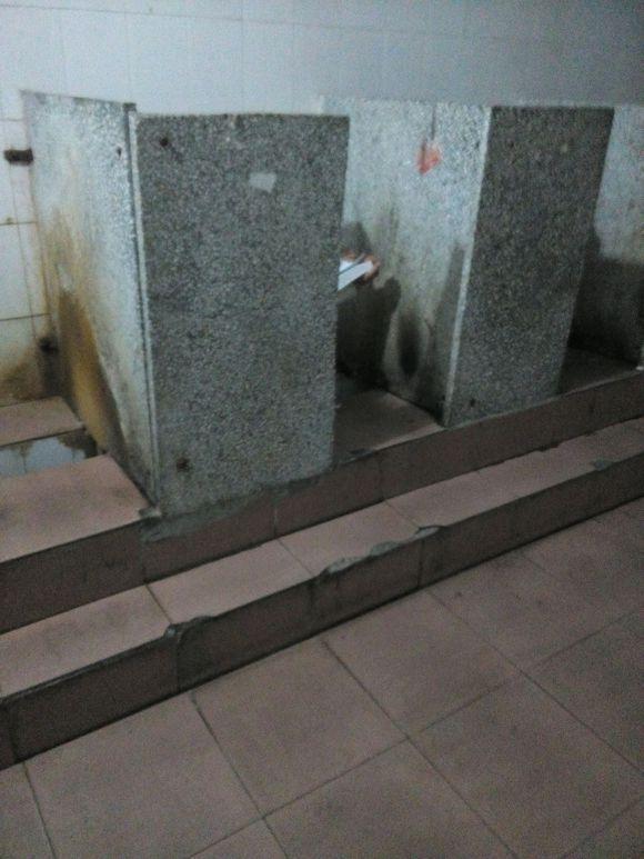 只有回答,类似这样的公共厕所,眉心两个位置用妆女生女生