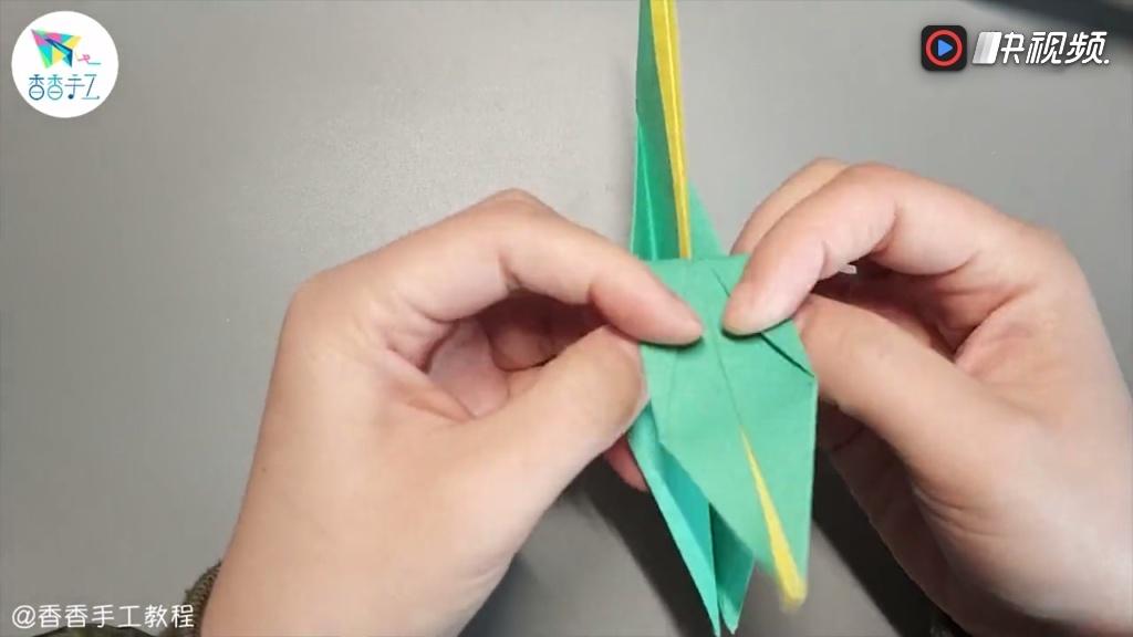 千纸鹤身上长四叶草喽,最强创意组合,快来做一个别致的千纸鹤吧.