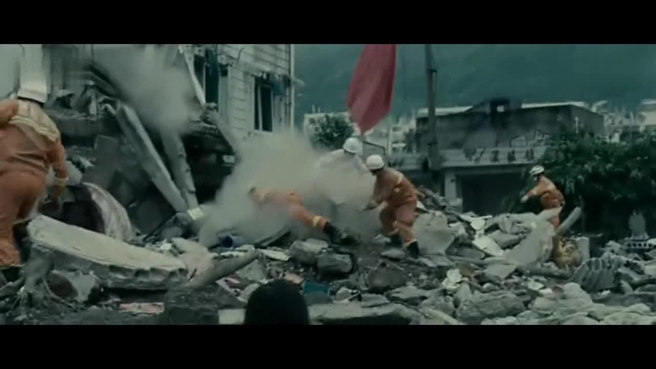 《唐山大地震》电影里最感人的一段,感叹母爱的伟大