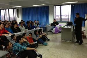 陶伟华在四川大学为同学们分享