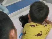 儿子看望生完二胎的妈妈,心疼的搂着妈妈大哭,母子情深