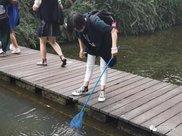 """黔灵山公园一女子捞虾回家喂乌龟,市民:别""""虾忙""""了"""