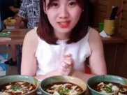 大胃王挑战15碗凉皮,刚吃一口就露馅,网友:我能吃30碗!