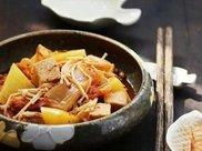 白菜炖豆腐,别再加猪肉了,换做加点它,汁浓菜香,汤汁一滴不剩
