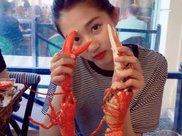关晓彤大口吃龙虾被抓拍,无意瞧见她喝的水,又学会一招瘦身法!