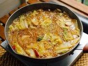 """地道东北特色美食:""""白菜猪肉炖粉条"""",汤鲜味美,一口一个满足"""