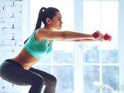 工作忙没时间健身怎么办?4个徒手减肥动作,教你在家减肥