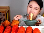 """韩国大胃王挑战10个龙虾尾,拿起来就""""露馅""""了:确定是龙虾?"""