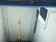 无良恶作剧!男子将矿泉水瓶卡电梯门内 下一秒爆炸引发剧烈晃动