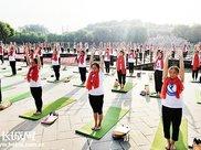 深州百名瑜伽爱好者户外齐练瑜伽 庆祝国际瑜伽日