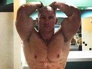 一套适合懒人的腹肌训练法,让你不起床也能练出腹肌