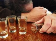 老公一天喝两斤酒,我气的离婚,三年后他发财,我赶紧求复婚