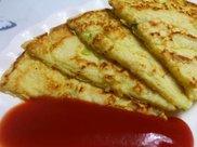早餐营养美味的鸡蛋葱饼,辅以酸爽番茄酱,开启活力四射的一天