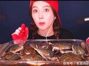 女网红直播吃20斤活螃蟹,网友越看越不对劲,直呼:快停嘴