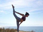 练习瑜伽的手倒立式,有效改善驼背,修饰完美身体线条