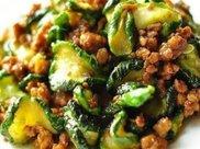 精选美食:肉末炒黄瓜、番茄龙利鱼、芸豆炒肉丝、尖椒鸡丁