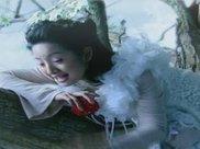 躺在树杈上的古装女子,陈瑶悠然自得、林依晨手舞足蹈不安分