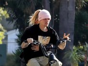 贾斯汀·比伯练摩托车技,海莉紧紧搂腰陪伴,沉浸爱情光彩照人