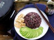 煮了一锅低糖紫米饭,减肥吃它正好,一大盘吃光也没负担