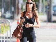 维密超模AA安布罗休一身黑色瑜伽装现身洛杉矶街头,身材火辣性感
