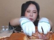 """大胃王吃了50斤猪蹄,把肉放大20倍后,网友:""""真的不敢相信"""""""