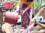 柬埔寨妹子胃口真大,30斤牛大腿烤来吃,简直太过瘾了