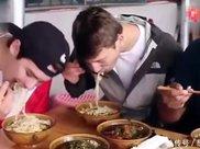 """外国小伙来中国吃米粉,学""""嗦粉""""最后连汤都不剩,结账却傻眼了"""